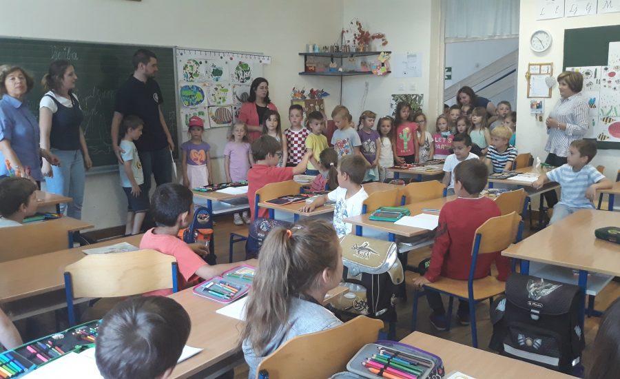 Budući prvašići u posjetu školi