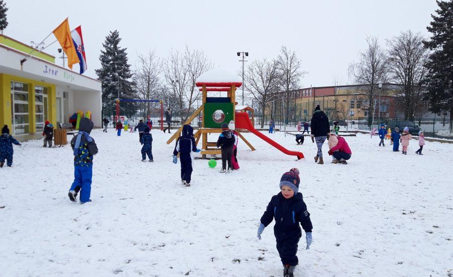 Divan dan na snijegu