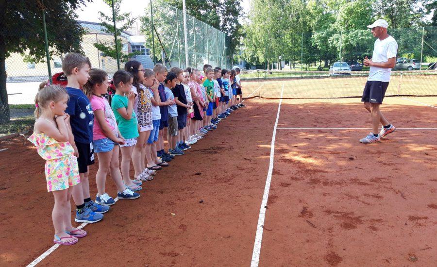 Vrtićanci na treningu tenisa